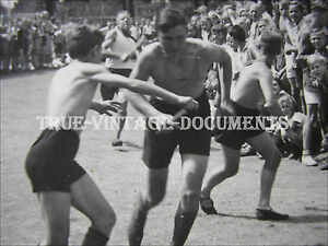 ORIG.VINTAGE PHOTO*RUNNING SHIRTLESS  HJ TEEN BOYS IN SHORTS*PHYSICAL YOUTH MEN*
