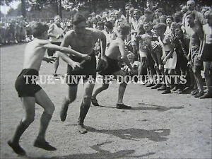 ORIG.VINTAGE PHOTO*RUNNING SHIRTLESS BOYS IN SHORTS*HANDSOME PHYSICAL YOUTH MEN*
