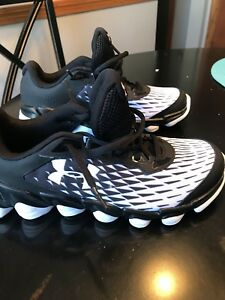 New Boys Under Armour Size 7 Spine Shoes