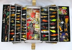 VINTAGE UMCO MODEL 1000AS ALUMINUM TACKLE BOX LOADED WITH MANY LURES
