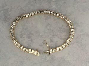 Beautiful 14 karat gold and diamond tennis bracelet in excellent condition