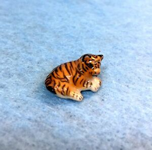 DOLLHOUSE MINIATURE PORCELAIN LYING  CAT .. INCH HIGH