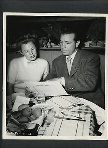 DICK POWELL + JUNE ALLYSON EAT AT THE STUDIO COMMISSARY -1948 DBLWT CANDID EXC.