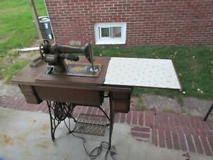 Vintage Singer Sewing Machine with Wooden Cast Iron Table G0447343 LOCAL PICKUP $100.00