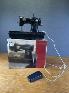 Kids SINGER Toy Sewing Machine Battery Operated Actually Sews Works $19.99