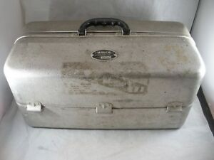 VINTAGE UMCO MODEL 1000AS ALUMINUM TACKLE BOX WITH MANY LURES