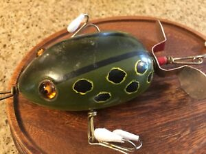 VINTAGE Pflueger Muskie Kent Frog Size On  Hand Punch Mark Wood Display Oval Dis