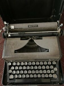 1940s Royal Portable Quiet Deluxe Typewriter with case Working condition