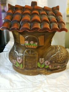 OLD WOMAN WHO LIVED IN A SHOE COOKIE JAR BOOT ROOF UNMARKED POTTERY FLOWERS DOOR $22.00