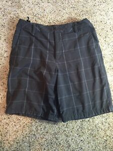 Under Armour Boy's Shorts Size Youth XL Gray Plaid Kd1