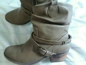 Womens 7 1 2 ankle boots Bear Traps brand side zipper and toe accent used boots