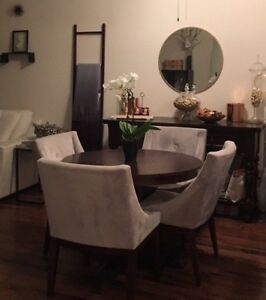 Beautiful dining table set, 6 pieces. Upholstered chairs/ Dark wood w/ Console