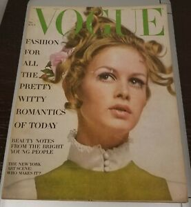 VOGUE MAGAZINE August 1st 1967 Pre Owned Twiggy cover by Richard Avedon