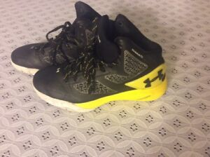 Youth Under Armour Clutchfit Drive Charged Basketball Shoes USSz 6Y EUR 38.5 Blk