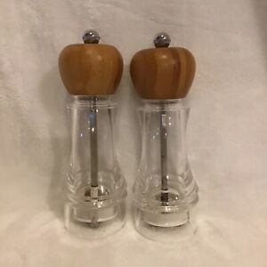PAMPERED CHEF  Salt and Pepper Grinder Set - Clear Acrylic  with Wooden Tops.