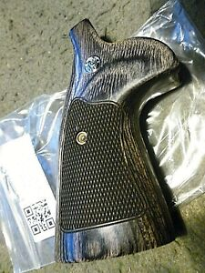 SMITH amp; WESSON TARGET GRIPS N FRAME ROUND BUTT CHECKERED WALNUT W Samp;W MEDALLIONS