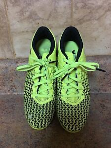 GIRL'S UNDER ARMOUR SOCCER CLEATS-SIZE: 2Y