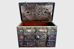 Corsair Nuremberg safe chest with its polychrome 17th century