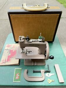 Singer SEWHANDY Model 20 Hand Crank Antique Sewing Machine in Carrying Case Nice $200.00