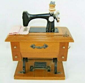 Vintage Berkeley Designs Old Sewing Machine Music Box Plays Buttons amp; Bows $14.99