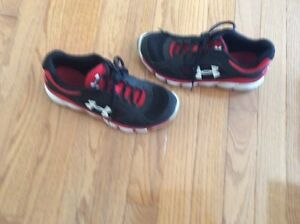 UNDER ARMOUR boys sz youth 5 tennis shoes