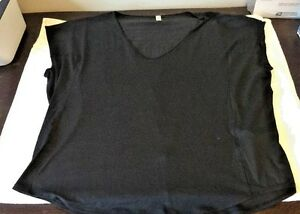 NWT WOMEN'S UNDER ARMOUR V-NECK LOOSE FIT TRAINING TOP SIZE XLARGE REG. $49.99