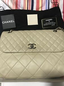 chanel handbag authentic used good condition can be cleaned.. chain strap