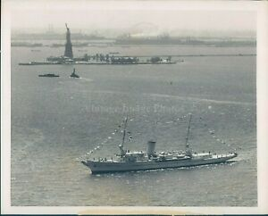 1949 Photo Ships Water Beautiful View Statue Liberty 7x9 Vintage Image Original