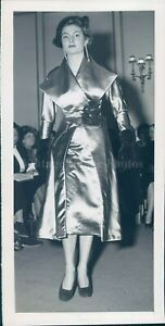 1949 Photo Beautiful Model Paris Elephant Gray Satin Red Velvet Roses