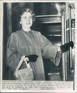 1949 Photo St Louis Margaret Truman Stopping Train Woman Beautiful Face