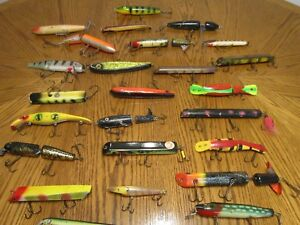 VINTAGE MUSKY BASS LURES LOT OF 25 WOOD PLASTIC      B