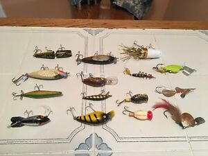 ASSORTMENT LOT OF VINTAGE WOOD PLASTIC FISH FISHING LURES