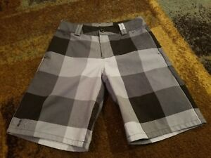 PRE-OWNED YOUTH BOYS UNDER ARMOUR BLACK AND GRAY CASUALGOLF SHORTS SIZE MEDIUM