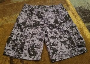 YOUTH BOYS UNDER ARMOUR BLACK AND GRAY CARGO CASUALGOLF SHORTS SIZE XL