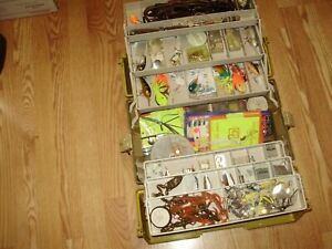 VINTAGE TACKLE BOX WITH ASSESSORIES LURES AND MUCH MORE # 1556 GREAT DEAL