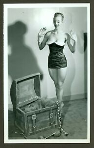 SEXY ORIGINAL ACME NEWSPICTURES PHOTO SWIMSUIT THIGHS TREASURE CHEST VF c1950