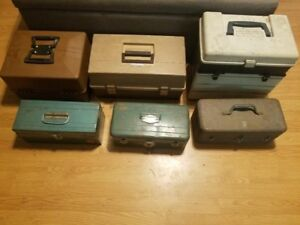 6 VINTAGE TACKLE BOXES WITH TACKLE - LOTS OF LURES - 4 REELS