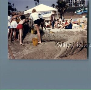 FOUND COLOR PHOTO K 9436 PEOPLE MAKING SAND SCULPTURES $6.98