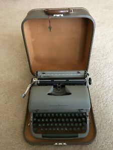 REMINGTON Portable QUIET RITER Typewriter GREEN Keys in Original CASE Lock KEY