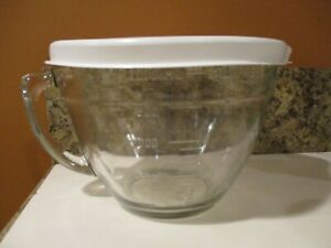 The Pampered Chef glass 8 cup 2 Qt. Measuring Bowl with lid and Handle