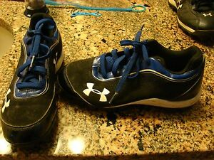 UNDER ARMOUR BOYS SIZE 2Y SOCCER SHOES IN GREAT SHAPE