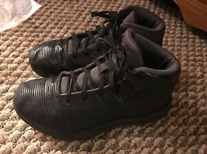 UNDER ARMOUR UA Black Gray Boys Basketball Shoes 2 Youth Curry 3