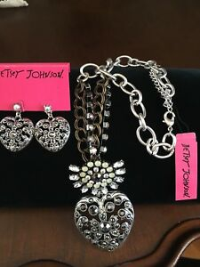 NWT Betsey Johnson large Romantic Crystal Heart Whiteout Necklace & Earring Set