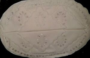 SET OF EMBROIDERED 6 PLACEMATS AND 6 NAPKINS