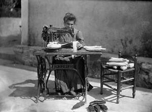 OLD PHOTO Manufacture Of Ropesoled Sandals Sewing Of The Stripe France On 1907 AU $8.50