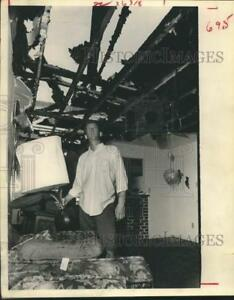 1968 Press Photo Lee Davis stands in the ruins of apartment - Houston fire