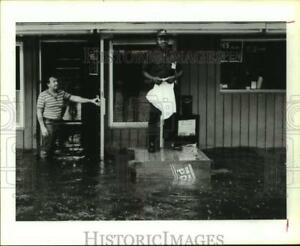 1989 Press Photo A. D. Lee Stands on Box and Another Watch Rising Flood Houston