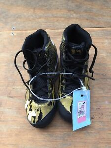 Boys Under Armour Deception Baseball Shoes Size: 1 Y New With Tags
