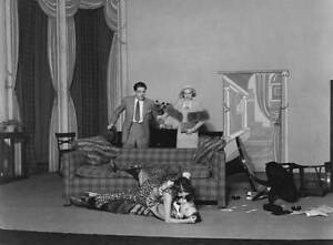 OLD PHOTO Laurence Olivier And Adrianne Allen Look On In Horror AU $8.50