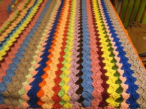 VINTAGE HAND CROCHET AFGHAN - COLORFUL GRANNY SQUARE LAP THROW - VGVC